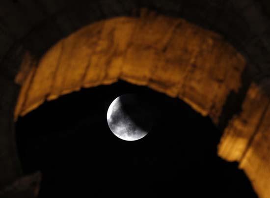 Εντυπωσιακές εικόνες από την ολική έκλειψη Σελήνης (1)