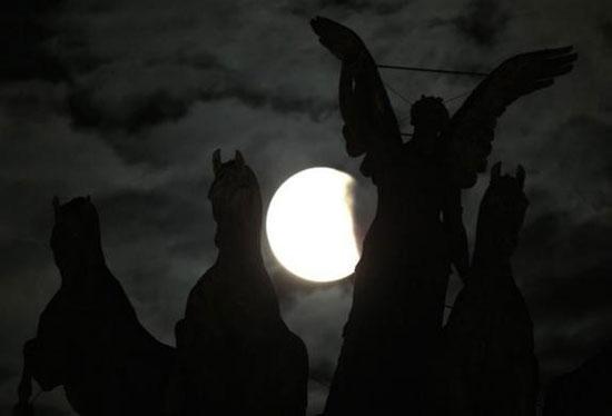 Εντυπωσιακές εικόνες από την ολική έκλειψη Σελήνης (2)