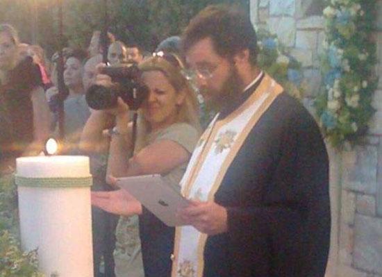 Παπάς με iPad αντί για Ιερό Ευαγγέλιο! (1)