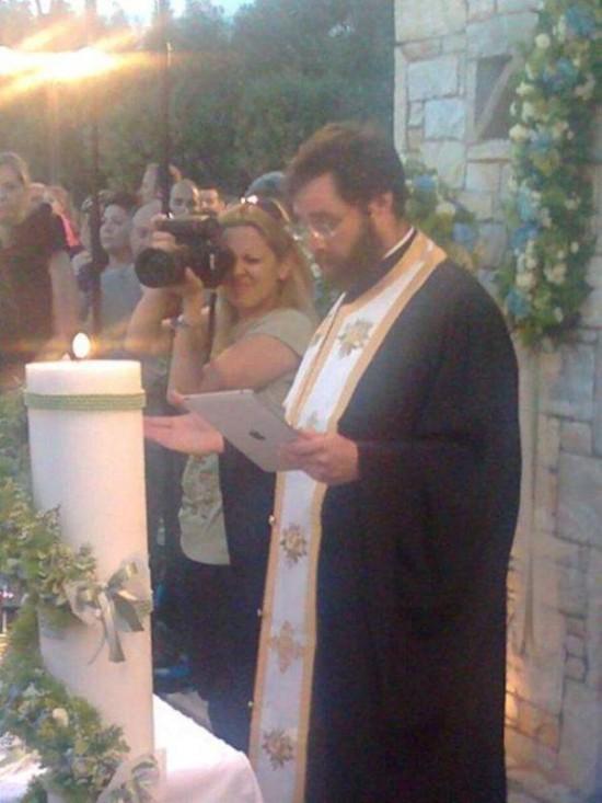 Παπάς με iPad αντί για Ιερό Ευαγγέλιο! (2)