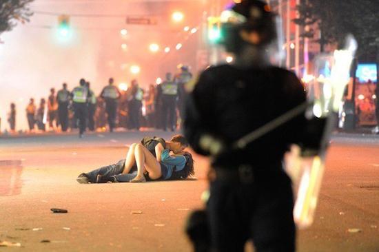 Φωτογραφία της ημέρας: Κάντε έρωτα, όχι πόλεμο!