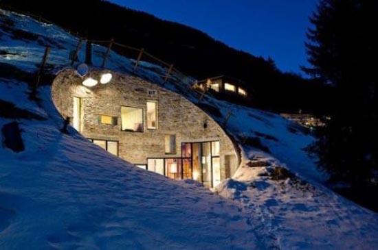 Podgorny: Σπίτι χτισμένο μέσα σε λόφο (1)