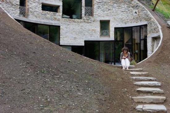 Podgorny: Σπίτι χτισμένο μέσα σε λόφο (7)