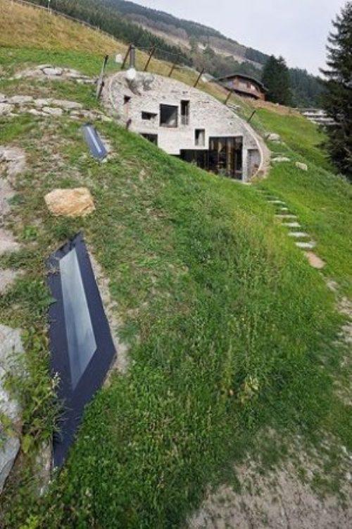Podgorny: Σπίτι χτισμένο μέσα σε λόφο (11)