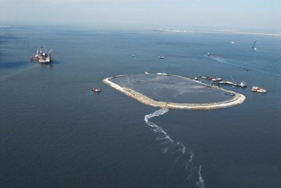 Βιομηχανική περιοχή στη μέση της θάλασσας (1)