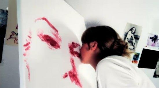 Η καλλιτέχνις που ζωγραφίζει με τα χείλη της (1)