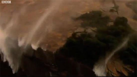 Καταρράκτης με νερά που πηγαίνουν προς τα πάνω