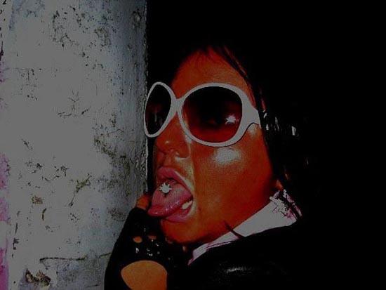 Άλλη μια κοπέλα που κατέστρεψε το πρόσωπο της (12)