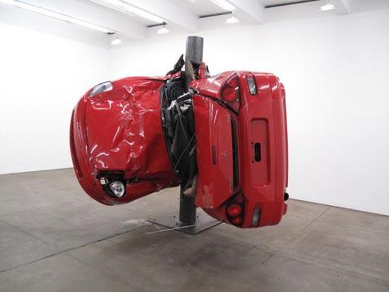 Αμφιλεγόμενη τέχνη με παραμορφωμένα αυτοκίνητα (1)