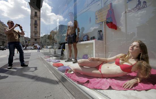 Βιτρίνα καταστήματος με ζωντανές «κούκλες» στην Ιταλία (1)