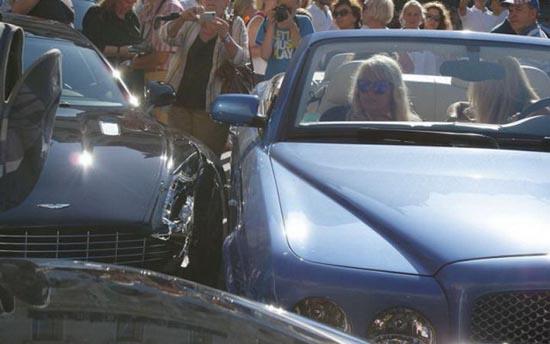 Ξανθιά στο τιμόνι... (5)