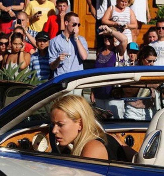 Ξανθιά στο τιμόνι... (1)
