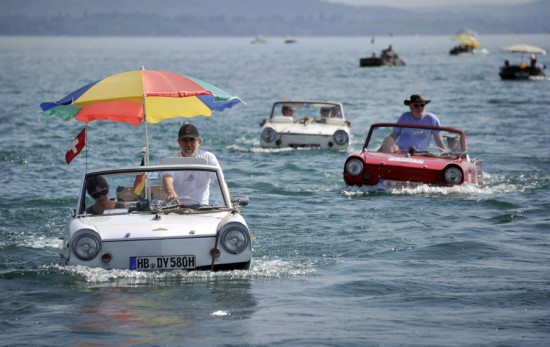 Φωτογραφία της ημέρας: Βαρκάδα με το... αυτοκίνητο!