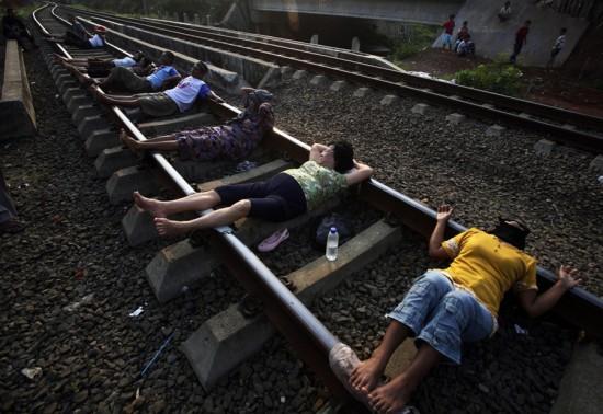 Φωτογραφία της ημέρας: «Θεραπεία» στις γραμμές του τρένου