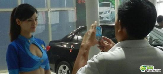 Τι κοιτούν οι άνδρες σε μια έκθεση αυτοκινήτου; (2)