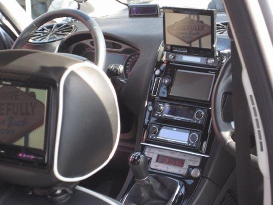 Παράξενη μετατροπή στο εσωτερικό αυτοκινήτου (2)