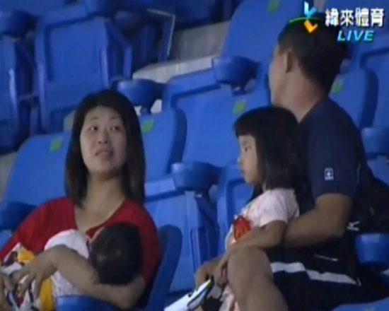 Πατέρας πέταξε το παιδί του για να πιάσει τη μπάλα!