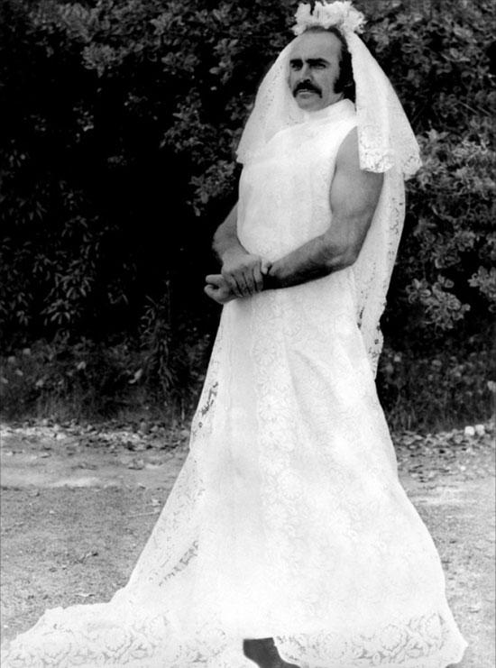 Φωτογραφία της ημέρας: Ο Sean Connery με νυφικό!