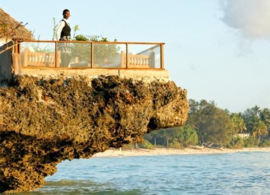 Θαλάσσιο εστιατόριο πάνω σε βράχο (2)