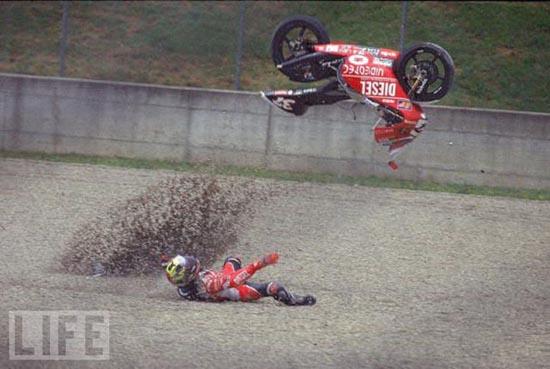 Τρομακτικά ατυχήματα σε αγώνες μοτοσυκλέτας (2)