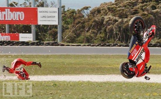 Τρομακτικά ατυχήματα σε αγώνες μοτοσυκλέτας (14)