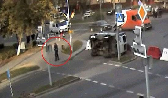 Αστυνομικός σώθηκε από θαύμα σε τροχαίο