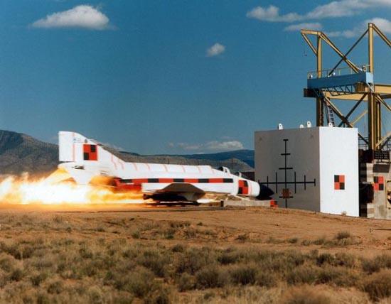Crash test μαχητικού αεροσκάφους (1)