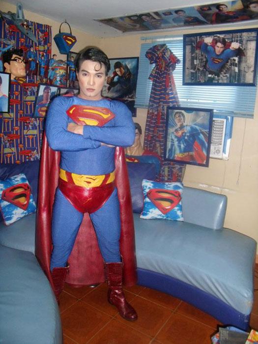 Έκανε πλαστική για να μοιάζει στον Superman! (2)