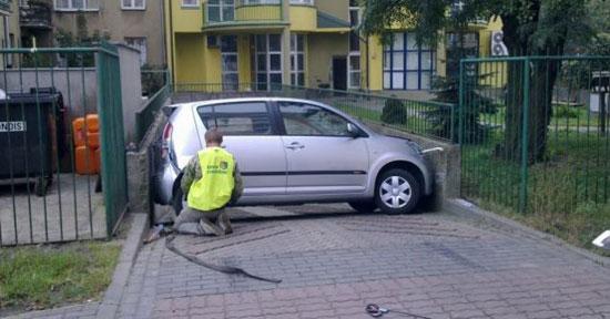 Γυναίκα οδηγός αψήφισε το αδύνατο με το παρκάρισμα της (2)
