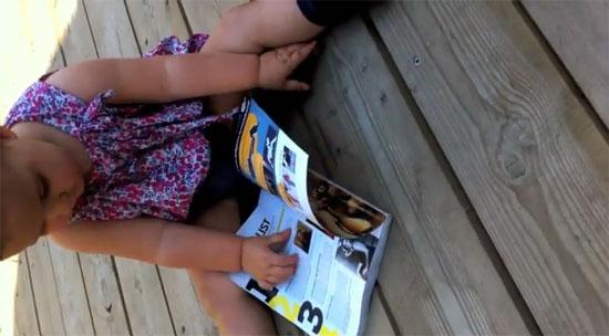 Παιδί ενός έτους νομίζει ότι τα περιοδικά είναι iPad