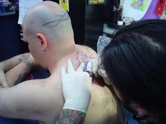 Δε θα μαντεύατε ποτέ το τατουάζ αυτού του άνδρα (2)