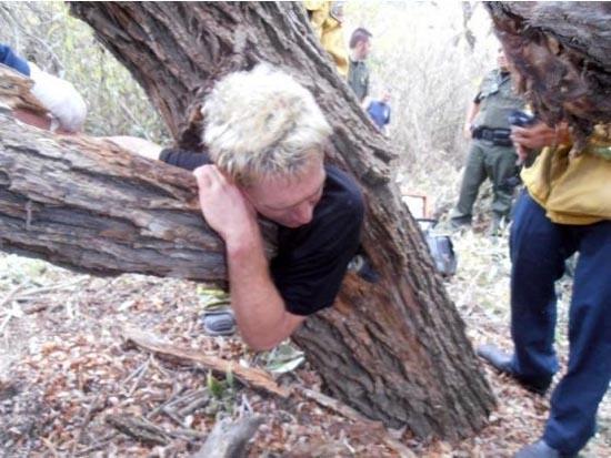 Τον βρήκαν σφηνωμένο μέσα σε ένα δένδρο (2)