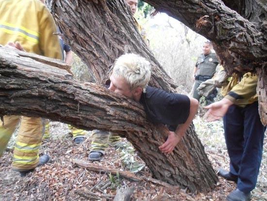 Τον βρήκαν σφηνωμένο μέσα σε ένα δένδρο (1)