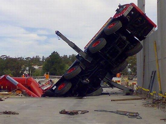 Αναπάντεχο ατύχημα με γερανό στην Αυστραλία (3)