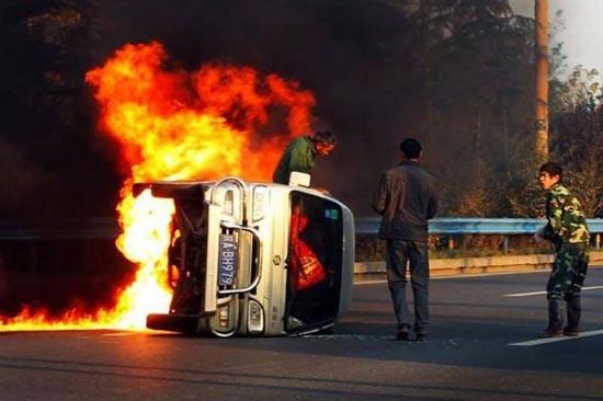 Απόδραση από φλεγόμενο όχημα (2)