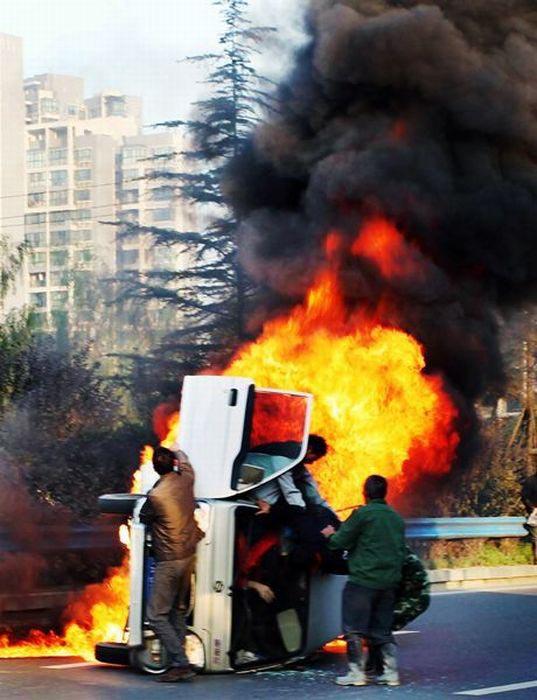 Απόδραση από φλεγόμενο όχημα (3)