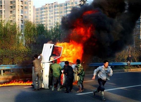 Απόδραση από φλεγόμενο όχημα (5)