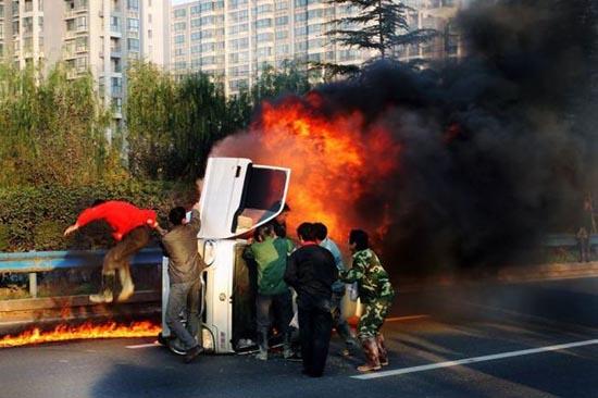 Απόδραση από φλεγόμενο όχημα (6)