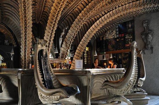 Bar με διακόσμηση... εξωγήινων σκελετών! (8)