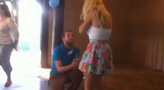 Κοπέλα έπεσε «ξερή» από πρόταση γάμου