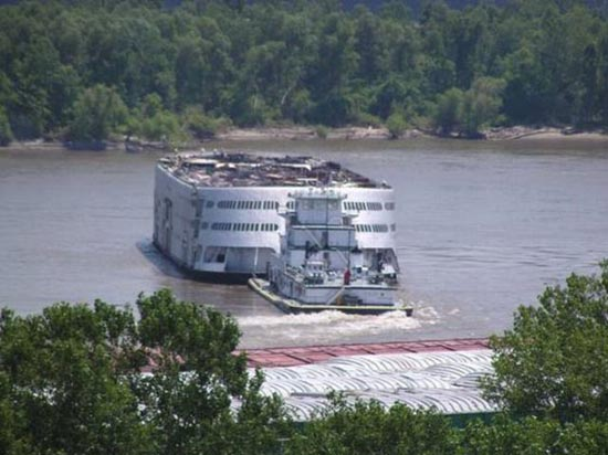 Το τέλος ενός ποταμόπλοιου (4)