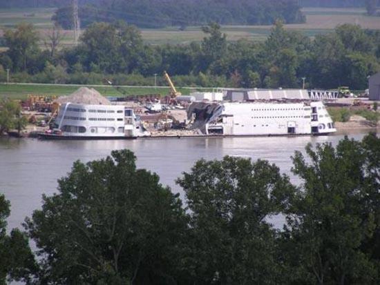 Το τέλος ενός ποταμόπλοιου (5)