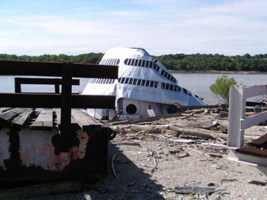 Το τέλος ενός ποταμόπλοιου (9)