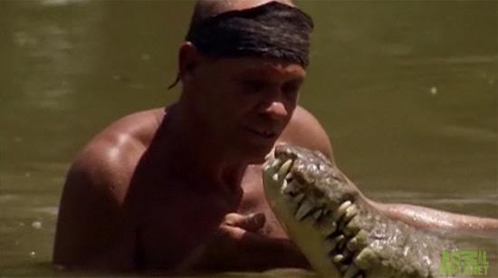 Άνδρας φιλάει κροκόδειλο στο στόμα