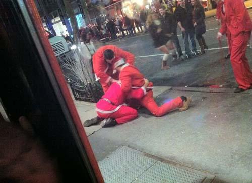 Μεθυσμένοι Αγιοβασίληδες στην SantaCon 2011 (10)