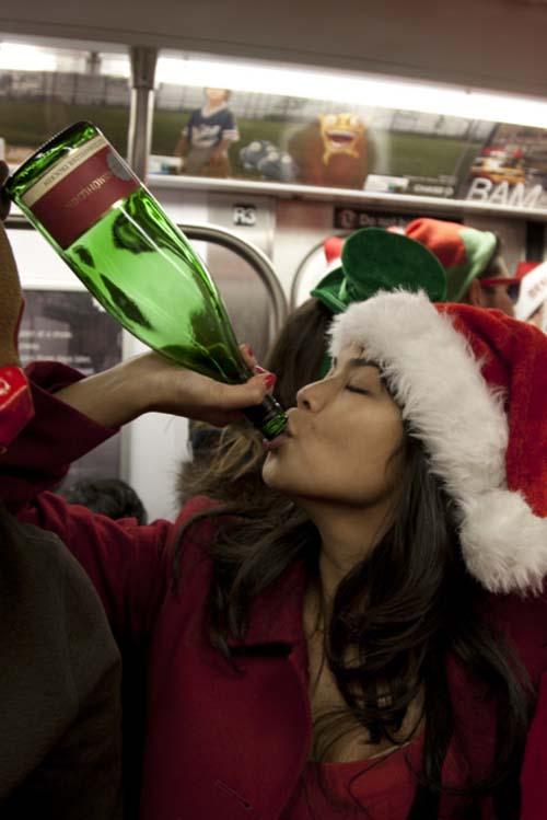 Μεθυσμένοι Αγιοβασίληδες στην SantaCon 2011 (14)
