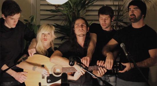 5 άτομα παίζουν μια κιθάρα ταυτόχρονα με εκπληκτικό αποτέλεσμα