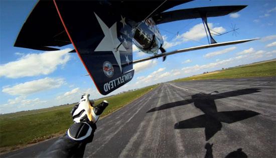 Απίστευτο stunt: Μοτοσυκλετιστής έπιασε την ουρά αεροπλάνου που πετούσε ανάποδα