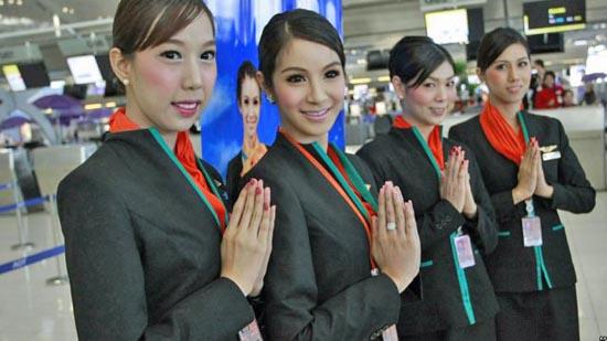 Οι ασυνήθιστες αεροσυνοδοί της Ταϊλανδέζικης P.C. Air (2)