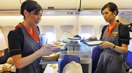 Οι ασυνήθιστες αεροσυνοδοί της Ταϊλανδέζικης P.C. Air (3)